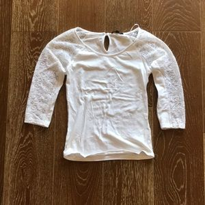Fitted white shirt with lace sleeves